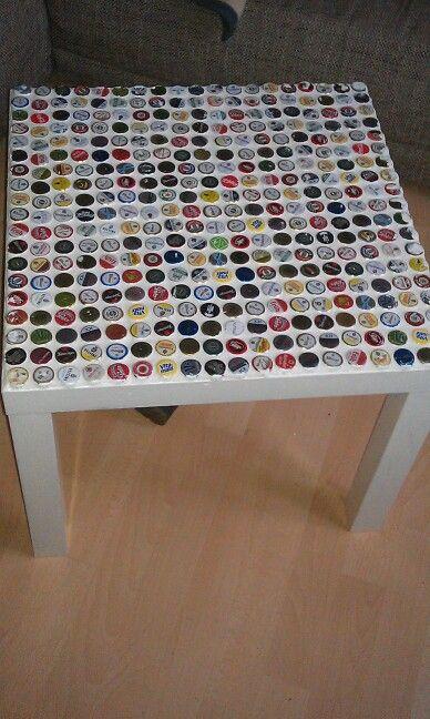 """KronkorkenTisch!!!    Tisch vom Schwedischen Möbelhaus; viele verschiedene Kronkorken mit Heißklebe darauf befestigen; Fugenmörtel ( kleine Packung; Baumarkt) darüber, überschüssige Masse sofort mit Fugengummi und Schwamm+Wasser abnehmen; trocknen lassen und dann den rest abwaschen und die Kronkorken """"polieren"""" mit einem weichen Tuch; dann evtl. Tischrand und -beine Lakieren!"""