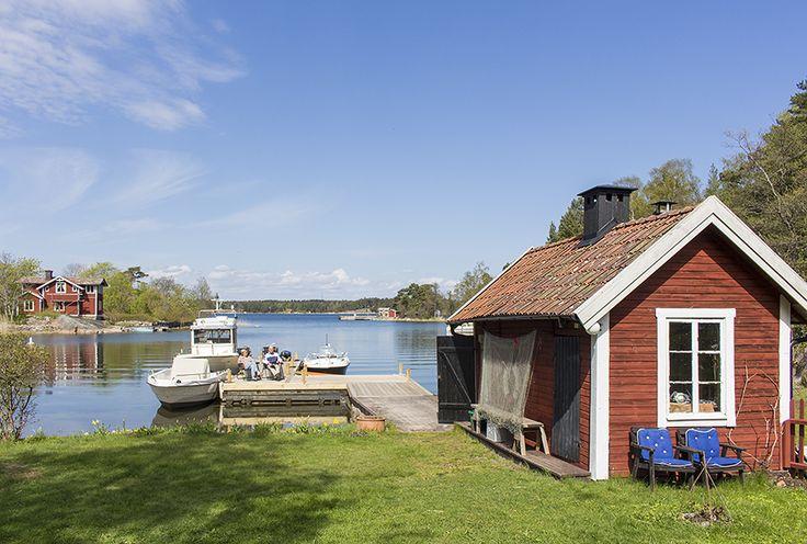 Livsstilsboende året om med delad brygga och sjöbod/bastu. Rejält hus i gott skick med två kök, två duschrum. Nära W-båt, affär och sjömack.