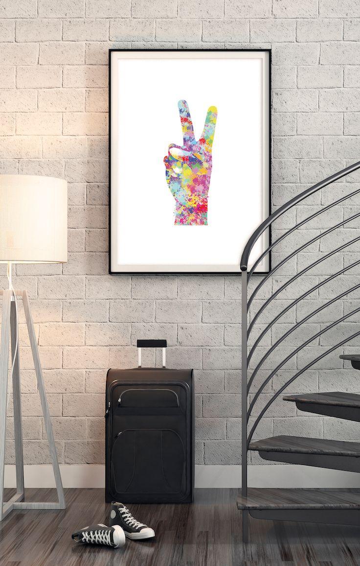 """V-tegnet er en håndbevegelse med flere betydninger, avhengig av den kulturelle konteksten og hvordan det er presentert. Det har blitt brukt til å representere bokstaven """"V"""" for """"Victory"""" På 1960-tallet ble V-tegn brukt som et symbol på fred."""
