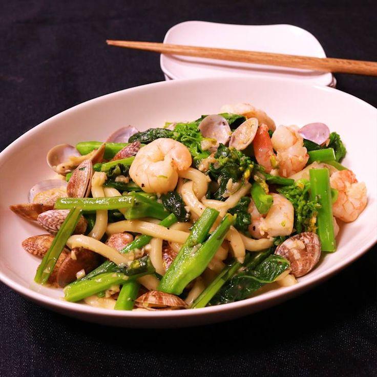 「菜の花と海老とあさりのパスタ風おうどん」の作り方を簡単で分かりやすい料理動画で紹介しています。菜の花を美味しいお出汁たっぷりのあさりや海老と合わせたパスタ風おうどんのご紹介です。 菜の花というと辛子和えやおひたしなどが定番ですが、お肉や魚介と合わせてもとっても美味しいのです。 菜の花の時期の前に出る菜花やかき菜でも同様に作っていただけますので色々とお試しください。