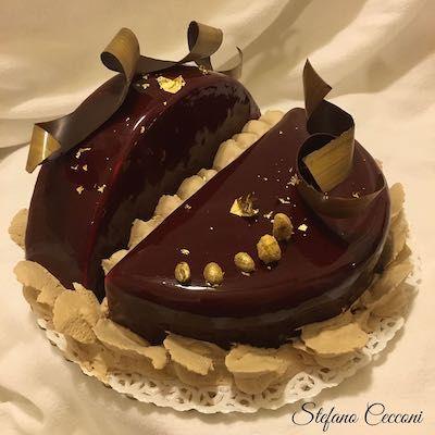 Una base di biscotto brownies al caffè, cremoso al pistacchio e alla vaniglia, avvolti in una morbida ganache al cioccolato bianco e caffé.