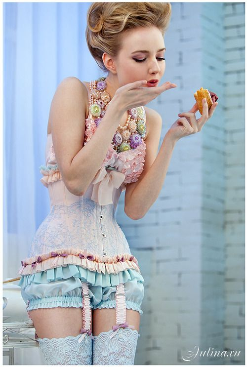 I really love this colourful pink-yellow-blue Marie Antoinette style of lingerie.