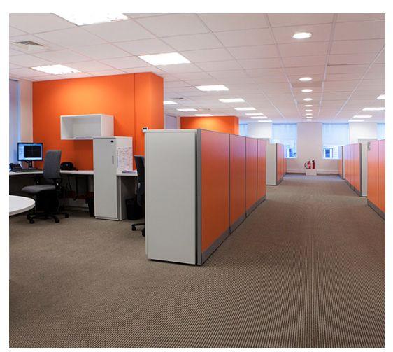 LICITY La reinterpretación de nuestra clásica línea de madera. Licity permite múltilples configuraciones y se adapta a espacios de arquitectura con distintas complejidades. Permite el trabajo más individual, donde se pueden generar espacios privados dentro de una planta libre, mezclándolo con áreas de reuniones casuales que generan encuentro y efectividad en la comunicación. Su fácil configuración permite ir adaptándose a los cambios que va teniendo la organización.