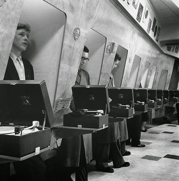 Clientes en una tienda de música de Londres, 1955