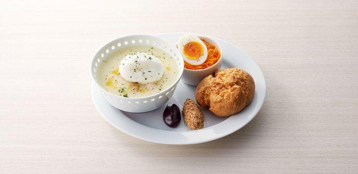 季節の野菜スープ(ねぎとじゃがいも)と全粒粉スコーン : 季節の野菜を丁寧に煮込んだスープ。  じゃがいもベースのスープにねぎを合わせました。エリンギのソテーとふわっとした豆乳ホイップをのせています。   | 創業約500年のとらやがつくるもうひとつのお菓子 TORAYA CAFE。「TORAYA CAFE」の店舗・商品メニュー・ネットショップの紹介。六本木ヒルズ・表参道ヒルズにお店をかまえるトラヤカフェは、とらやの「あん」を使ったメニューが主役。季節の野菜を中心としたランチも充実。