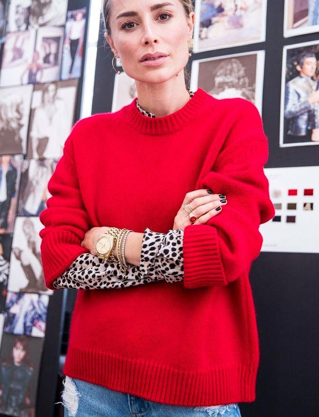 Pull rouge + chemise imprimé léopard = le bon mix (photo Anine Bing)