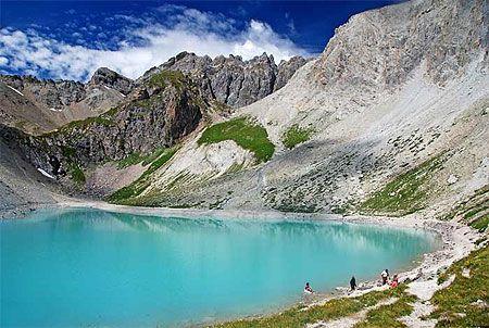 Lac des Béraudes Les Hautes-Alpes, c'est avant tout des villes à fort caractère : Gap la méditerranéenne, Briançon, la ville la plus haute de France, Embrun la médiévale… Et entre toutes ces villes, des vallées se déploient, toutes différentes et chacune avec ses secrets. Les Hautes-Alpes sont authentiques, et c'est en grande partie pour cela qu'on les aime.