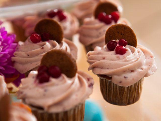 Pepparkakscupcakes med lingonfrosting (kock Caroline Ahlqvist)