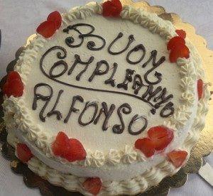 Torta di compleanno con pan di spagna e crema chantilly