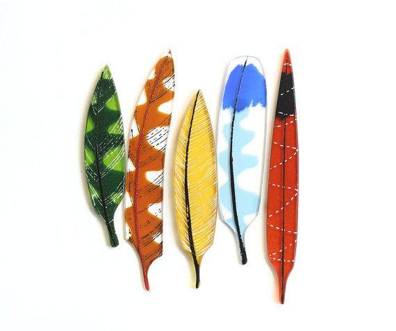 Marigold, una escultura delicada pluma hecha de vidrio, mide aproximadamente 4 de largo. Este listado está para una pluma.  Estas plumas de vidrio son objetos pequeños, delicados, diseñados para admirar y felicitar a su entorno. Mezcla de diseño moderno y el mundo natural, artista Tracy Bull comenzó con una serie de ilustraciones que transferiría a cristal. Cada pluma luego fue cuidadosamente diseñado para trabajar como un conjunto de cinco. Cada pieza es cortada a mano y tierra…