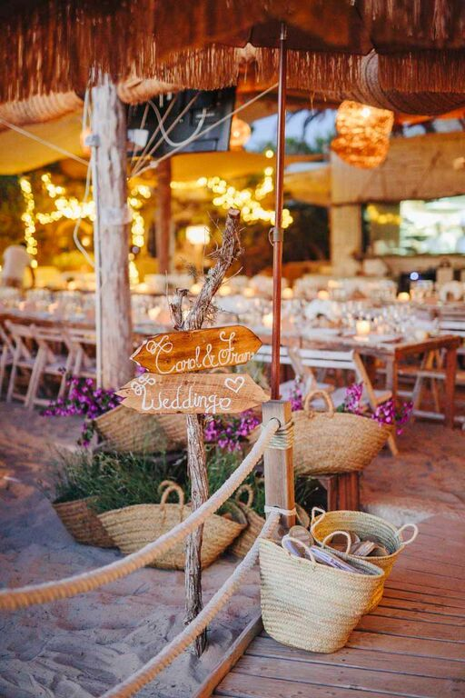 La decoración de la boda tuvo un punto rústico y muy natural. En la puerta de la iglesia colocaron cestos de flores y cajas de madera, obra de Floristería Formentera. Foto, Volvoreta Bodas
