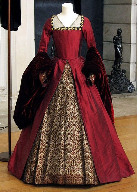 Anne's Red Gown (The Other Boleyn Girl, 2008). - I would dress like this every day if I could!
