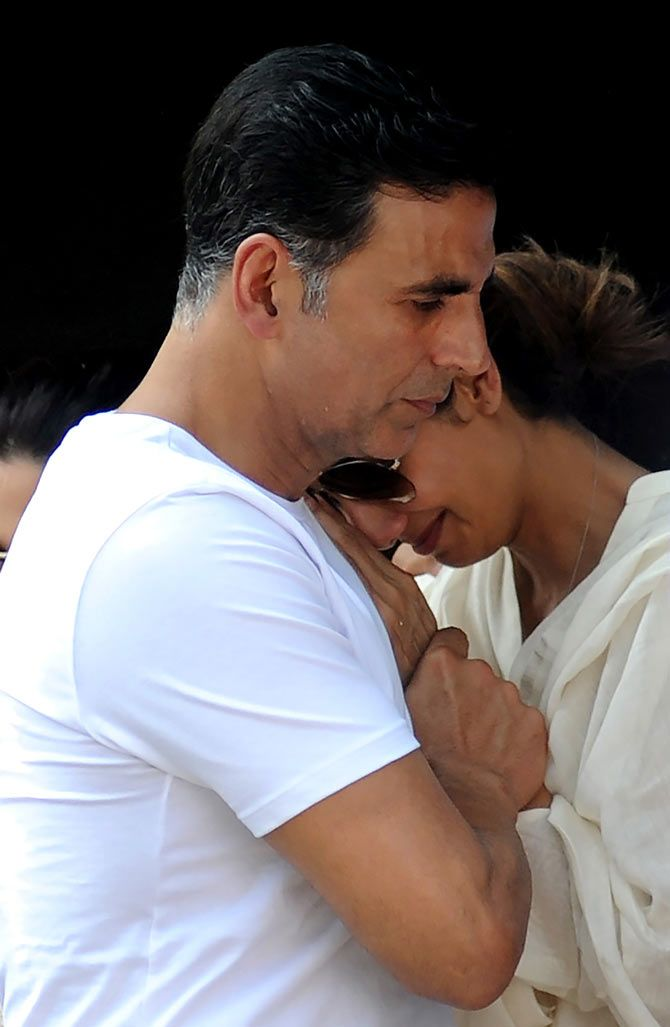 Akshay Kumar consoles Shilpa Shetty at her father's funeral. #Bollywood #RIP