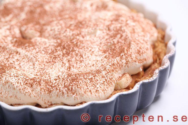 Banankolapaj / Banoffee pie - Recept på banankolapaj / banoffee pie. Frasig god pajdeg fylld med kolasås, vispad grädde och banan. Mums. Bilder steg för steg.