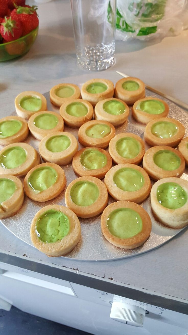 "Livs-puck - vaniljekjeks med grønn gelé ""Life-pucks"" vanilla biscuits with green jelly"