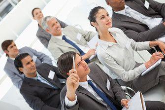Jak zapamiętywać imiona i nazwiska? Zapewne każdemu z nas zdarzyło się kiedyś zapomnieć imię czy też nazwisko nowo poznanej osoby. Wielu ludzi po zapoznaniu się z nową osobą niemal natychmiast zapomina jej imię, a przypadłość ta niestety może mocno przeszkadzać w prywatnym życiu i pracy zawodowej. Jak temu zaradzić? Więcej na: http://www.krawatimuszka.pl/etykieta-towarzyska/jak-skutecznie-zapamietywac-imiona-i-nazwiska/