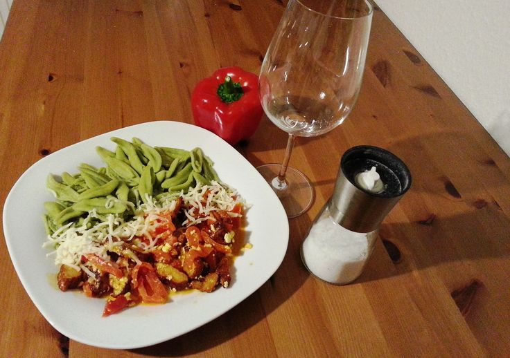 Fitness Rezept Spinatfoglie mit Hähnchen und Paprika - Nährwerte pro Portion: Kalorien 517 kcal - Protein 27,6 g - Kohlenhydrate 76,7 g - Fett 10,9 g