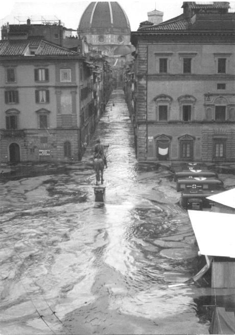 1966: water in Via dei Servi and Piazza S.S.Annunziata