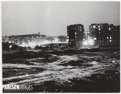 Paris et banlieue. La zone non ædificandi. Poterne des Peupliers la nuit. 1930-1939. Photographie de Marcel Cerf (1911-2010). Bibliothèque historique de la Ville de Paris.