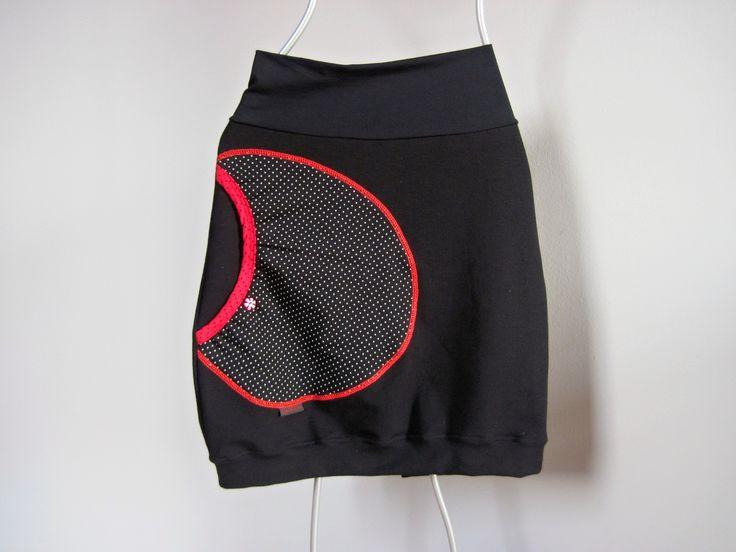 Skirt Black and Black Dots Sukně je ušitá z elastického silnějšího úpletu a je ozdobená velkou kapsou s poutkem a barevným knoflíčkem. Pas je pružný a je možné upravit délku ohrnutím. Barva černá Kapsa černošedý puntíček,lemování růžovočerný puntíček, knoflíček kytička růžový Materiálpružný Velikost S: celková délka sukně 52cm, horní náplet 34, ...