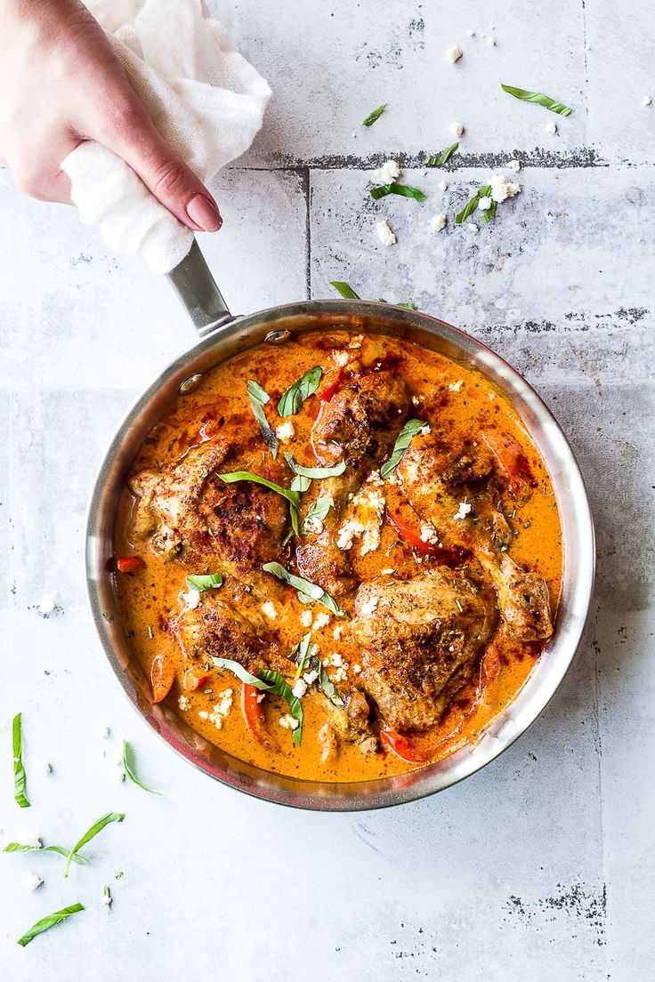 Easy chicken recipe for dinner! Chicken with roasted red pepper sauce. Get the recipe here >>