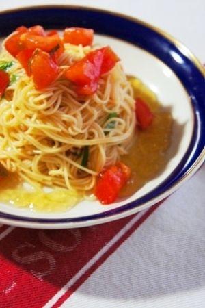 「素麺で冷製パスタ、トマトと大葉の和風カッペリーニ」そうめんで作る和風冷製パスタ。そうめんなので茹で時間も少なく、パスタなら10分近くかかるところが5分以内ででき、暑い日に最適ですよ。【楽天レシピ】