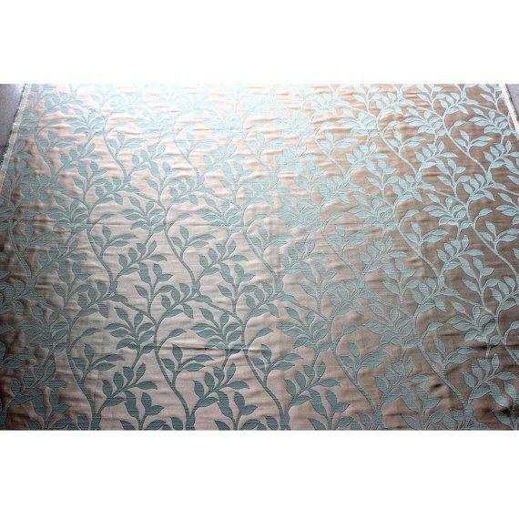 Esta tela se define por un brillo único y textura de la armadura, nuestras exclusiva mirada seda Jacquard cortinas hermosa y atemporal. Tienen un hermoso acabado texturizado en colores brillantes y contrastantes. Es una tela durable y atractiva que puede ser utilizada para la mayoría de las aplicaciones decoración suave.  La tela es útil para la fabricación de cortinas y fundas para casa fin de decoración y tapicería.  Este listado está para el cuarto yarda  Los precios para otros Yardage…