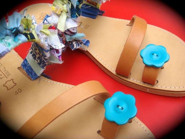 ΡΟΥΧΟΥΘΚΙΑ etc: Δερμάτινα σανδάλια με πολύχρωμα... ρουχούθκια και λουλούδι!