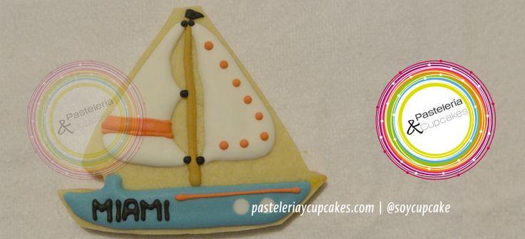 Galleta en forma de velero y decoracion de royal icing