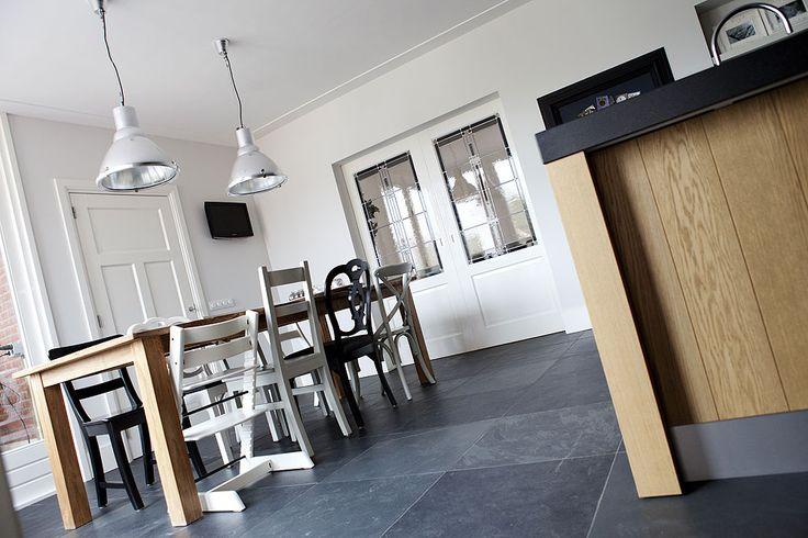 Wij krijgen ook een ensuite deur tussen de keuken en kamer, met dezelfde binnendeur. Ook de verschillende stoeltjes vind ik erg leuk, alleen zou ik ze in 1 dezelfde kleur doen