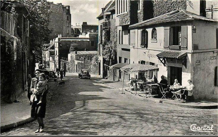 Beau cliché de la vie de tous les jours à Montmartre, rue de l'Abreuvoir au niveau de la Maison Rose, vers 1960 (Paris 18ème)
