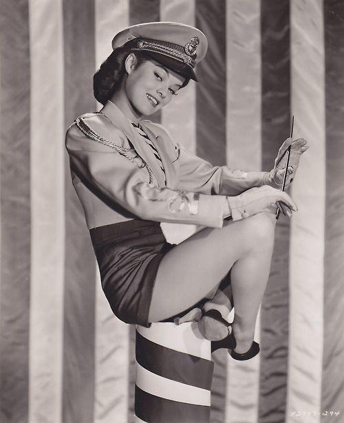 rockabillyrumboogie:    miss-flapper:Dona Drake, 1943.