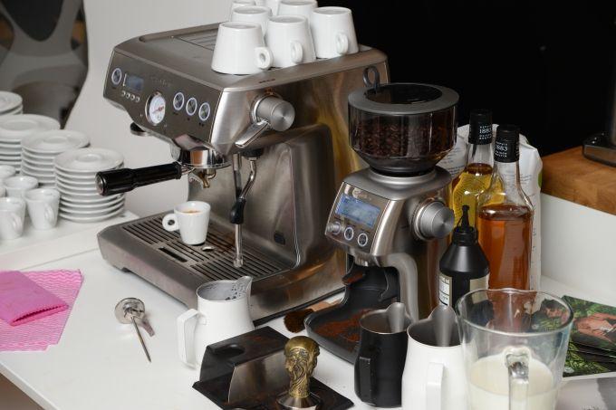 Catler ES 9010 Espresso Dual BoilerTM Je profesionální pákový kávovar s trojitým vyhřívacím systémem – dva nerezové ohřívače vody a aktivně prohřívaná spařovací hlava. Disponuje inovativní technologií PID, která kontroluje teplotu v průběhu celé extrakce. Součástí výbavy je také plocha pro nahřívání šálků, vyjímatelná odkapávací miska s indikátorem Empty Me!, který nám napoví, kdy misku vyčistit nebo LCD displej s třemi režimy zobrazení. Doporučená maloobchodní cena: 34 990,-Kč