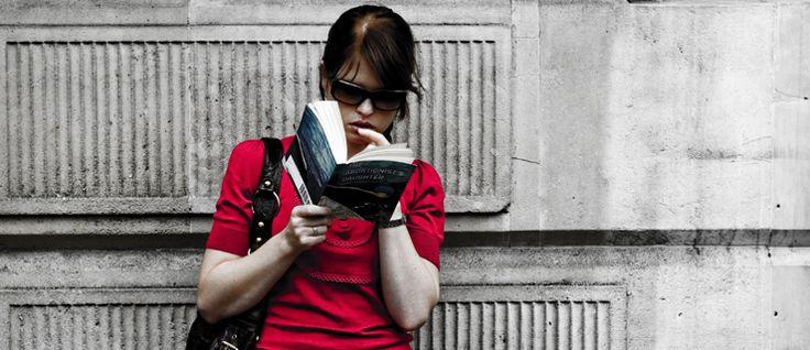 http://mundodelivros.com/melhor-posicao/ - Qual a melhor posição para ler? Natalie Meyer, colaboradora do website norte-americano Book Riot, foi confrontada com esta dúvida, confessando comportar-se como 'um porco no espeto' quando está a ler. Assim, farta de estar desconfortável enquanto lia, decidiu fazer um teste para perceber qual a melhor posição para ler. Saiba aqui quais foram os resultados.