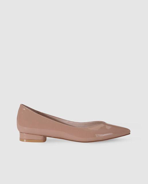 6fd2a833 Zapatos planos en charol de color natural, detalle de hueco terminado en  pico y puntera