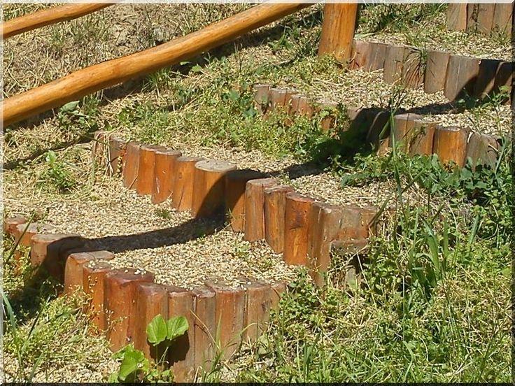 Cölöpökből épített kerti lépcső