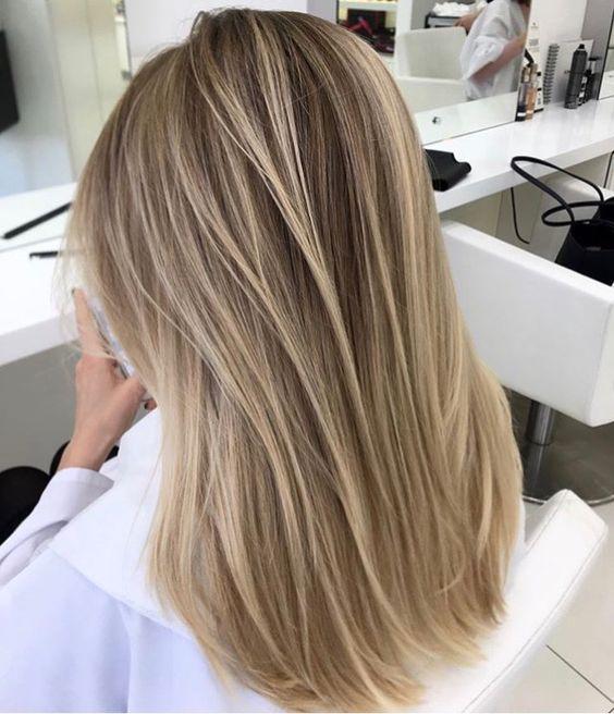 Cette coupe de cheveux de longueur moyenne a une longue stratification avec des …