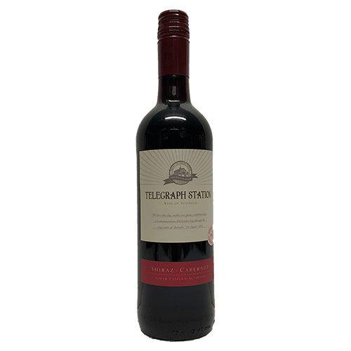 Quality Fruit Baskets. Telegraph Station Shiraz Cab.  Deze soepele rode wijn wordt geproduceerd uit een mix van Shiraz en Cabernet Sauvignon druiven geteeld in Zuid-Oost-Australië. Met aroma's van zwarte kersen en rijpe zwarte bessen, het is perfect in combinatie met op tomaat gebaseerde pasta gerechten en gegrild rood vlees.