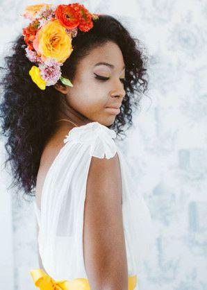 sposa con capelli ricci e fiori