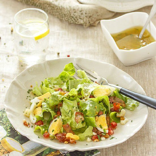 Lettuce and Pomegranate Salad with tomato vinaigrette. (in Spanish)