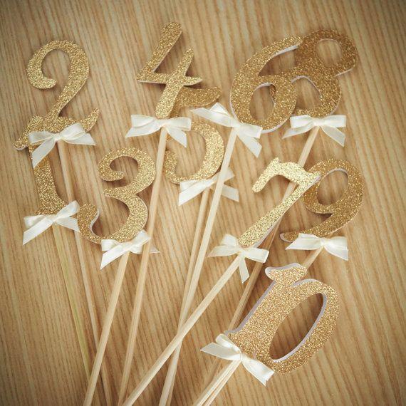 Numéros de table sur des bâtons. Fabriqués par ConfettiMommaParty
