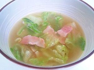 「バター風味のベーコンレタススープ」サラダの残りのレタスを使って、お腹にたまるスープをと作ってみました。しゃきしゃきとした歯触りを楽しんで♪【楽天レシピ】
