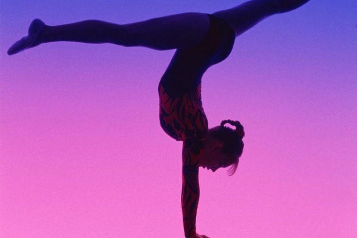 Las mejores formas de estilizar el cabello de una gimnasta . Sin importar si sueñas conseguir el oro en los siguientes juegos olímpicos o si simplemente estás ayudando a tu nieta o hija, el cabello de una gimnasta debe ser fijado y olvidado. Nadie quiere estar en la mitad de una rutina exigente con ...