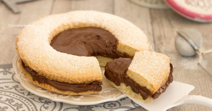 La torta occhio di bue alla Nutella è un dolce golosissimo che ricorda i deliziosi biscotti occhi di bue, provatela al più presto, è divina!