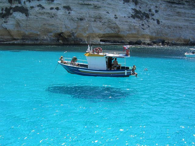 Floating boat?! How transparent the water is! (Isola di Lampedusa, Italia) Amazing!