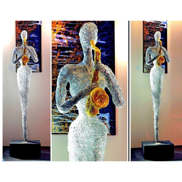 Design Skulptur - Musikerin mit Saxophon -   Höhe ca. 165 cm   Die einzigartigen von Hand gefertigten Skulpturen sind jede für sich ein individuelles Kunstobjekt, welches im Mittelpunkt für ein anspruchsvolles Ambiente steht.