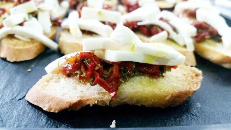 Tosta de Tomate deshidratado con queso fresco