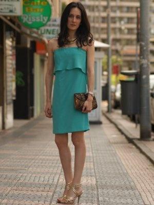 Vestidos verdes con zapatos dorados