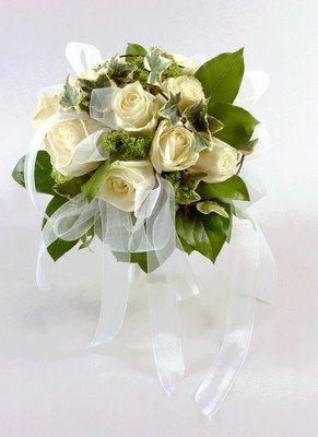 Bouquet Monceau Fleurs - Bouquet de mariée - Une harmonie de vert et de blanc réhaussée de rubans d'organdi pour un bouquet qui conviendra à tout style de mariée. Notre conseil : les rubans au vent s'accordent parfaitement avec une longue traîne pour un effet princesse...