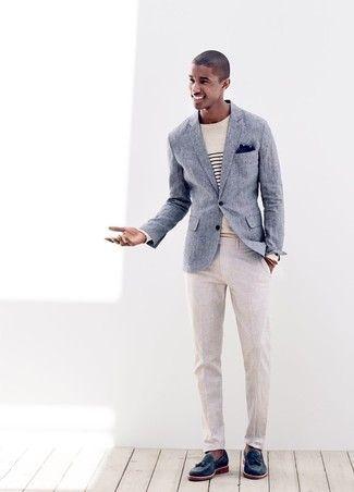 Choisis un blazer bleu marine et un pantalon de costume en lin beige pour dégager classe et sophistication. Pourquoi ne pas ajouter une paire de des mocassins à pampilles en cuir bleus marine à l'ensemble pour une allure plus décontractée?